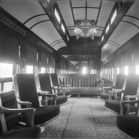 L'intérieur luxueux d'un wagon de passagers.