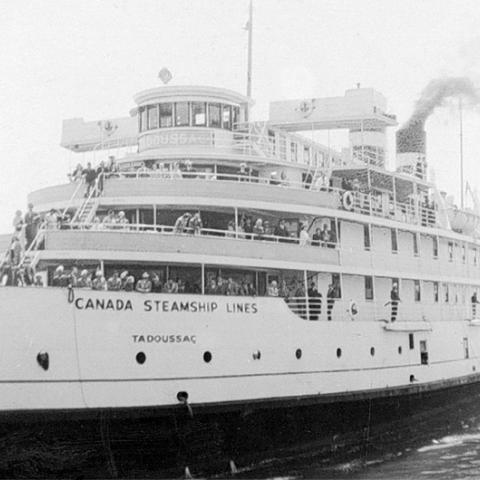 Un bateau de croisière avec des passagers sur le pont.