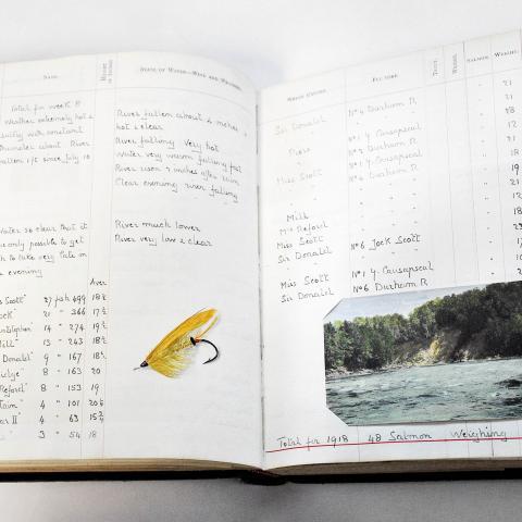 Cahier de notes manuscrit où une mouche à pêche a été collée, de même qu'une illustration en couleur.
