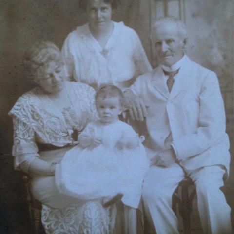 Portrait en noir et blanc d'une famille aisée.