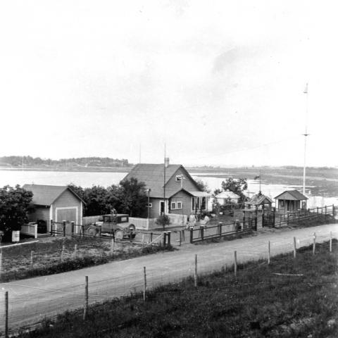 Une vue sur un chalet en bordure du fleuve Saint-Laurent.
