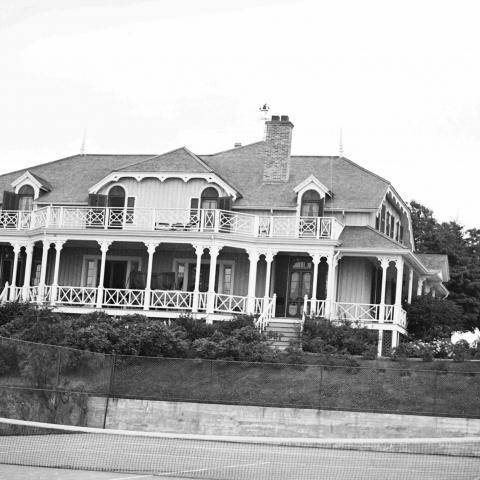 Une villa avec un terrain de tennis.